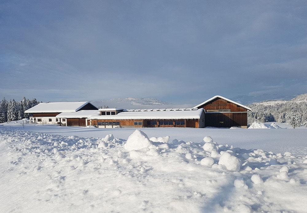 Nahturhof Bauernhof im Schnee